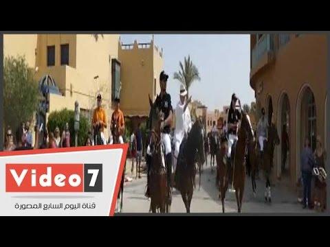 زفة خيول فى بطولة البولو تخطف انظار السياح بشوارع الجونة  - 17:21-2017 / 4 / 28