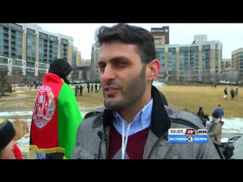 32033 stage Welt 002 001 KMTV Omaha protest against executive immigration restrictions