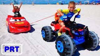 Nikita andar no brinquedo de carro de corrida e preso na areia