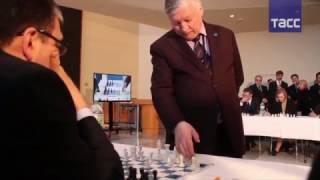 Шахматист Карпов провел сеанс одновременной игры с 15 соперниками