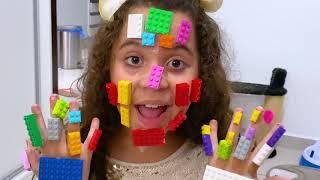SARAH FINGE BRINCAR com LEGO - Sarah pretend play LEGO HANDS