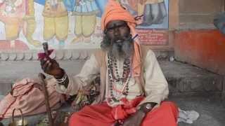 マリファナを吸うサドゥー / Sadhu smoking marijuana