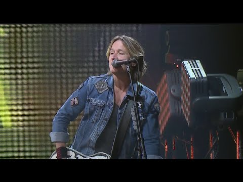 Fans pack Covelli Centre for Keith Urban concert