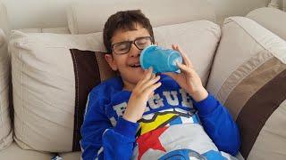 Biberonlu Çocuk Ağlıyor Dondurma Verince Gülüyor