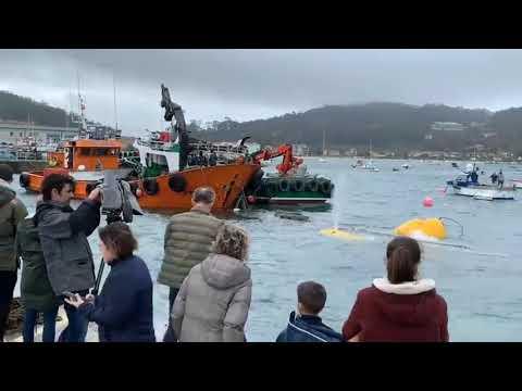 El narcosubmarino llega finalmente al puerto de Aldán