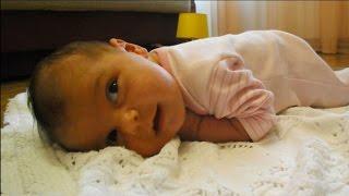видео Когда новорожденный начинает держать голову