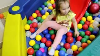 Дети играют в детской игровой комнате Видео для детей Pretend play on funny indoor playarea for kids