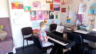 Мой любимый пианист играет на уроке Колыбельную