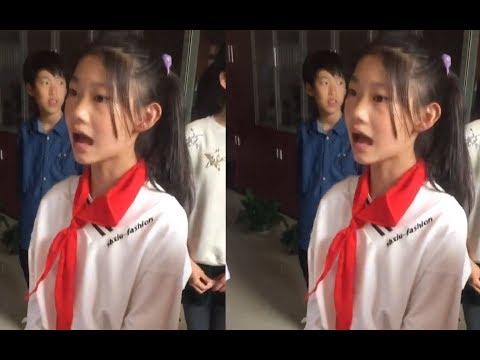紅領巾小學生唱歌火了!無聲卡人聲伴奏,壹開口就是演唱會的感覺