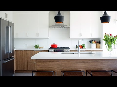 interior-design-–-a-white-eat-in-kitchen-with-warm-wood-accents