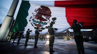 Izamiento de bandera en memoria de víctimas de los sismos de 1985 y 2017, desde la Ciudad de México