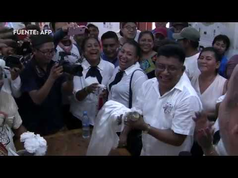 Un alcalde se casa con un caimán