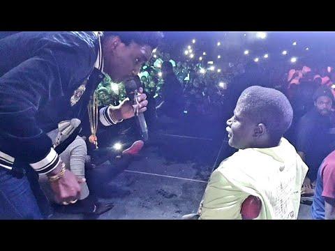 Wally Seck sauve des fans et réalise le rêve d'un handicapé lors de son concert à Kaffrine
