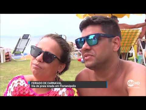 Praia lotada no feriado de Carnaval em Florianópolis