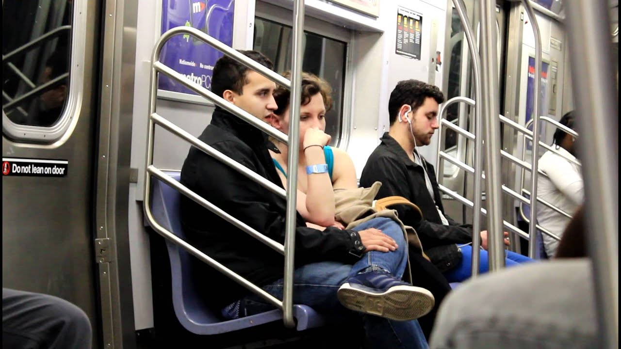 Крутая девушка в метро фото 803-520