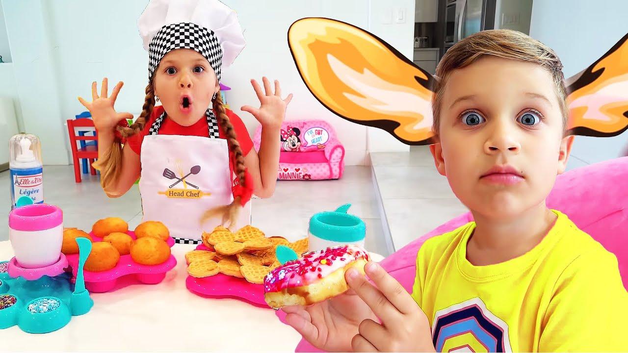 Diana chơi nấu ăn với đồ chơi nhà bếp