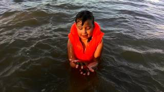 Смотреть видео детские жилеты для плавания