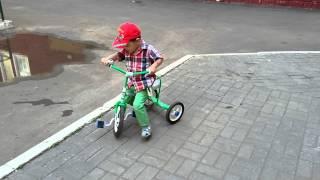 Учимся кататься на велосипеде трехколесном