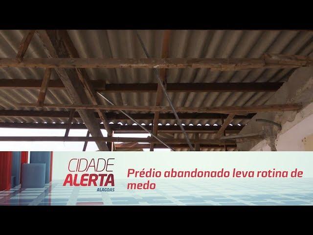 Prédio abandonado leva rotina de medo a comerciantes do centro de Maceió