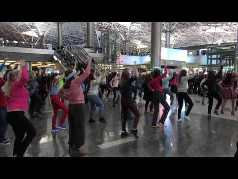 Танцевальный флэшмоб в аэропорту Внуково 24.12.2016