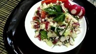Салат из редиски и зелени с сыром.