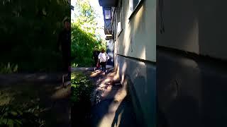 Дочку уводят от отца когда он приехал во время установленное судом для общения 2013 05 21