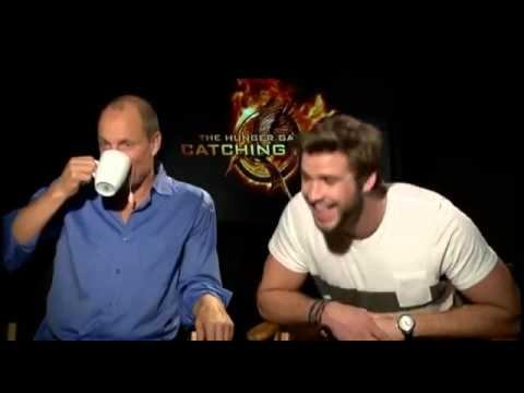 CATCHING FIRE Hunger games   Hilarious interview Woody Harrelson  discover Liam Hemsworth brothers