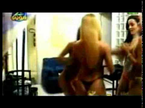 Người mẫu mặc bikini đánh nhau chí chóe