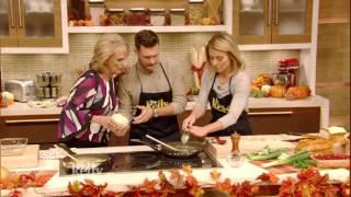 Baixar Ryan Seacrest's Mom Makes Oyster Casserole