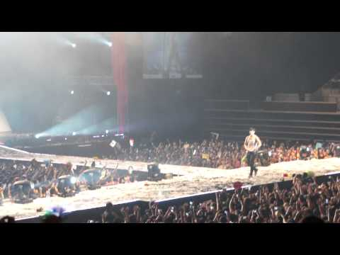 [HD] Taecyeon strips and  throws his shirts into the audience!- 2pm Asia Singapore Hands Up