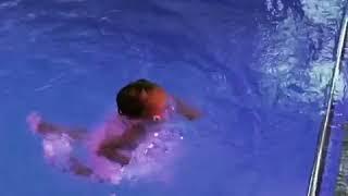 Дочь Навки 3 летняя Надя Пескова ныряет вниз головой