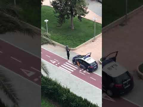 La ternura de un policía entreteniendo a los niños