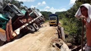 Detik detik truk jatuh ke sungai di pt krs kapuas kalteng
