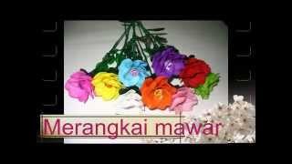 merangkai bunga mawar berbahan mute manik akrilik ( acrylic)