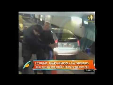 Flavio Mendoza, a las piñas en un estacionamiento