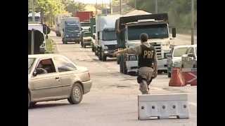 Operação da polícia Rodoviária Federal multa motoristas com cargas irregulares