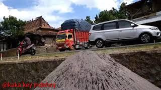 Truck isuzu vs canter muatan full miring - miring