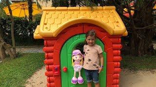Эмилюша играет в Детском Игровом Домике с Куклами