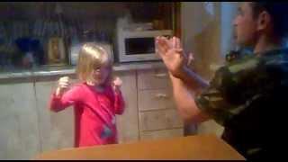 скрытая камера папа с дочкой треня на кухне