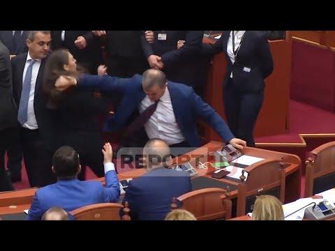 Momenti kur deputeti i PS Çela godet deputeten e LSI keidi Mehmetaj