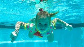 ستايسي وأبي يغنون أغاني السباحة والفواكه للأطفال