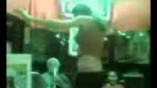 جنس ثالث يرقص في الحسينية ومعمم شيعي يصفق له