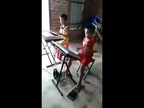 Tuyệt vời! 2 cậu bé chơi đàn và trống không thể hay hơn.