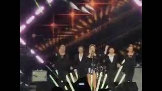 Анна Семенович шокировала поклонников, появившись на сцене в откровенном наряде