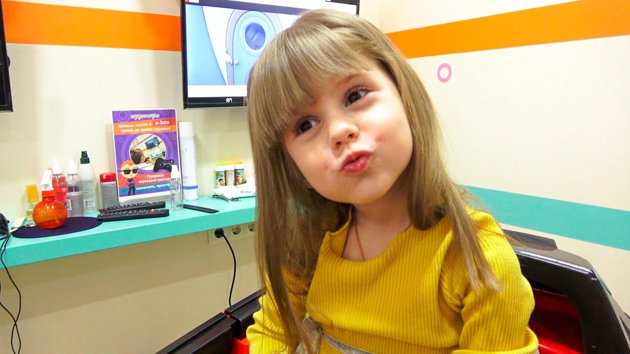 Ева в парикмахерской. Маникюр и новая прическа