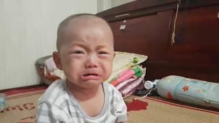 Em bé khóc thật đáng yêu (Bị ba chọc)