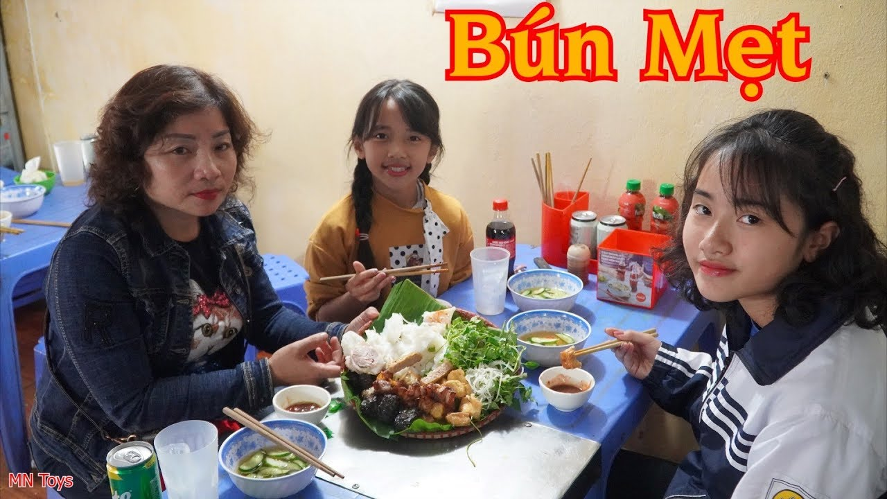 Ba Mẹ Con Đi Ăn Bún Mẹt - Bún Đậu Mắm Tôm, Thịt Nướng - Gia Đình Vui Vẻ -  MN Toys