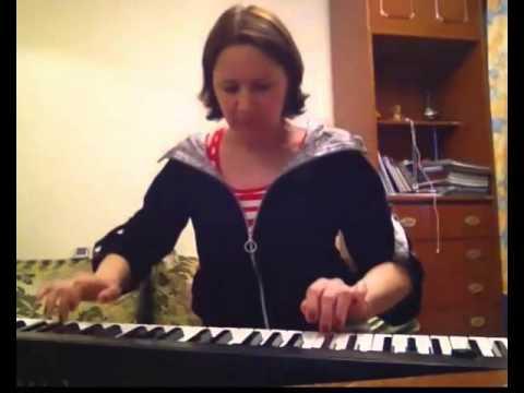 На пианино играет заочная ученица Виктории Юдиной