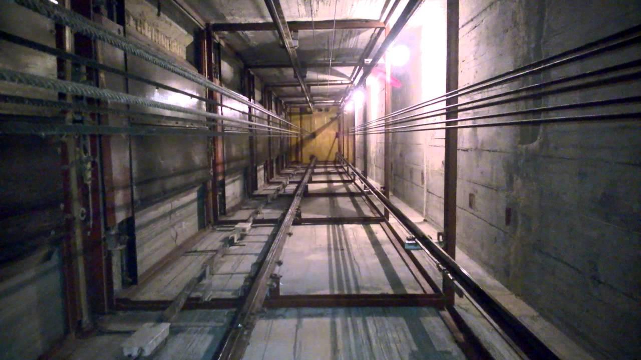 Мужчины по неосторожности упали в шахту лифта