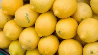 """""""Le citron, un allié de votre estomac et de votre peau"""", explique Michel Cymes"""